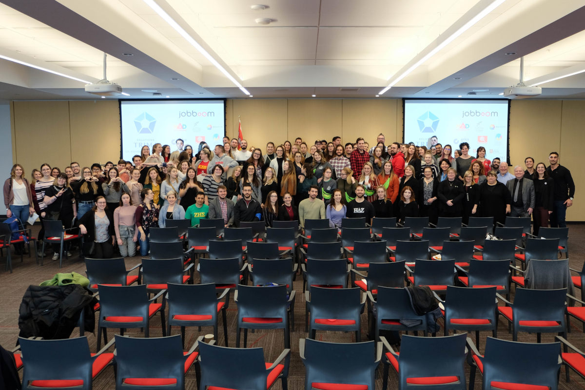 Comité organisateur et 120 étudiants et étudiantes en sciences de l'orientation